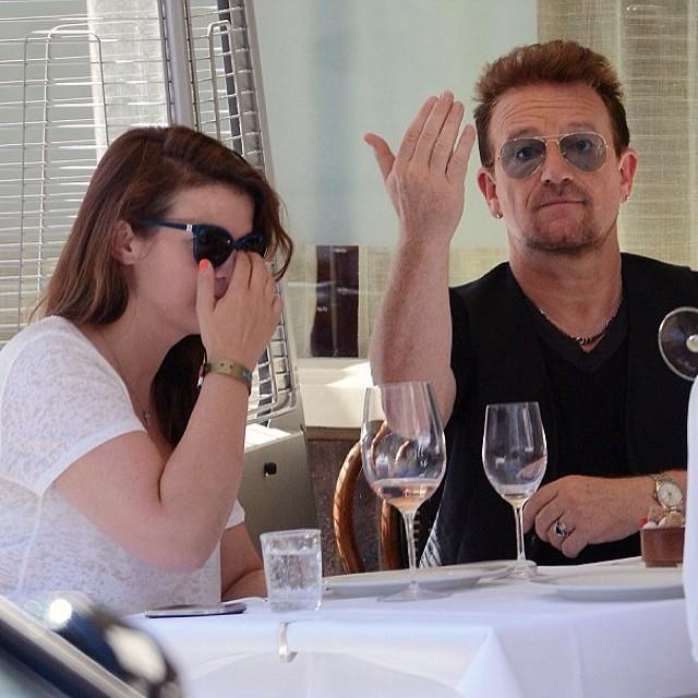Curiosità: Bono invita al suo tavolo i paparazzi! Bono_c13