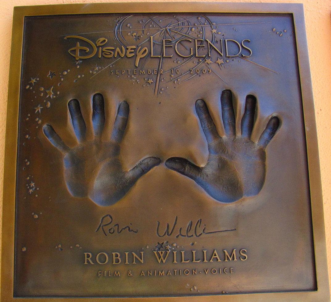 Robin Williams: hands of a crazy comic genius! Robin-11
