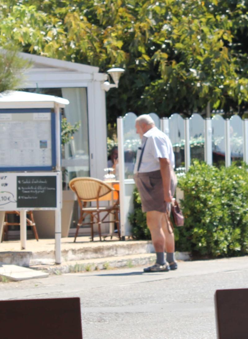 STREET VIEW : les gens en chaussettes noires ! - Page 20 Chau110