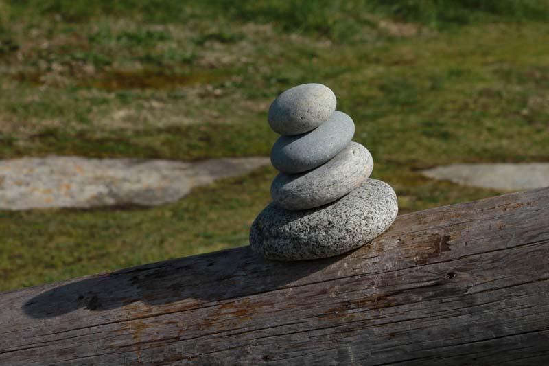 Empilements de pierres ou cairns contemporains  Batz_c10