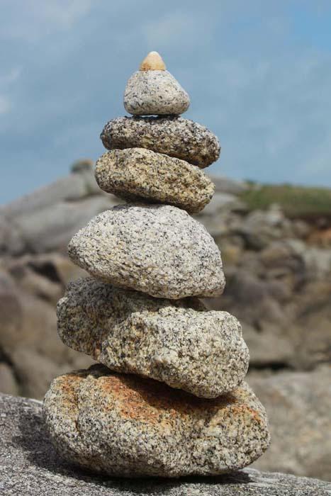 Empilements de pierres ou cairns contemporains  Galets10