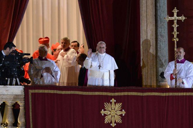 SONDAGE : Une étrange photo du Pape François apparaît lors de son intronisation ! - Page 3 91920310