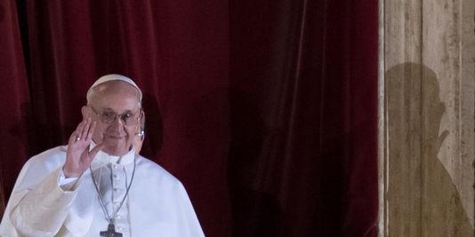 SONDAGE : Une étrange photo du Pape François apparaît lors de son intronisation ! - Page 3 Unname10