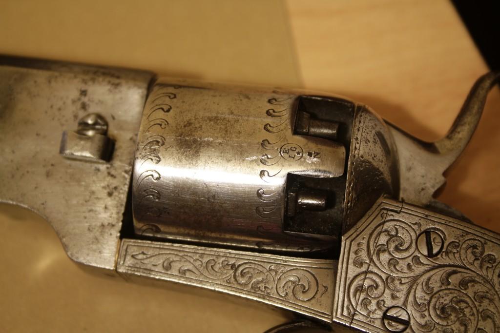 Identification vieux revolver (suisse?) Dsc_0010