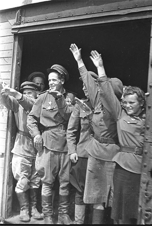1945, la Wehrmacht et l'armée américaine attaquent l'Union Soviétique ! - Page 4 2011