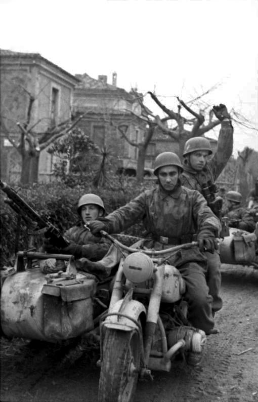 Les troupes de la Luftwaffe en Italie - Page 6 Dth10