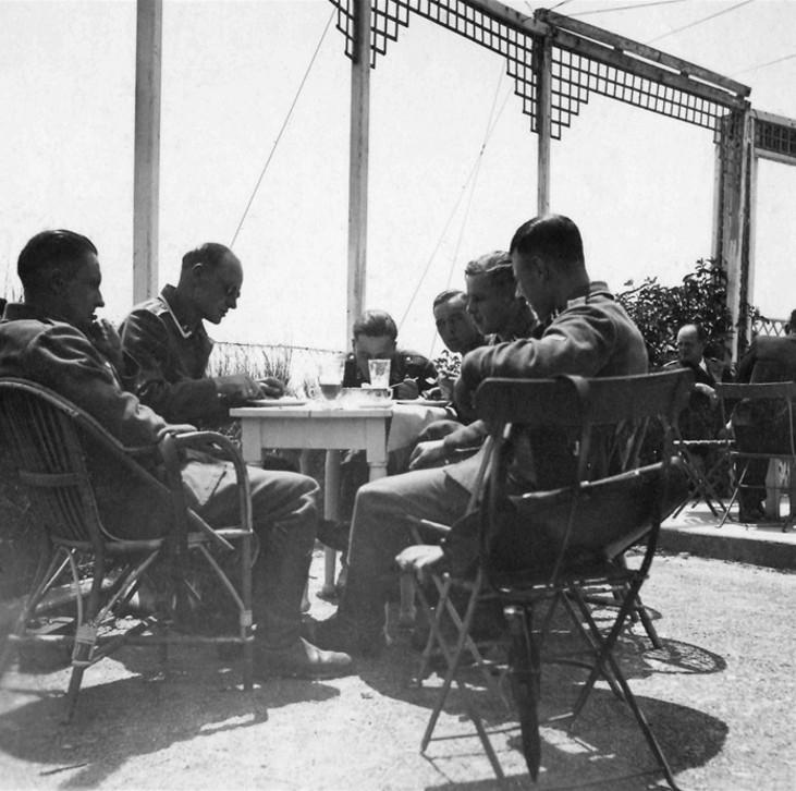 Les soldats de la Luftwaffe au repos ! - Page 2 U21110