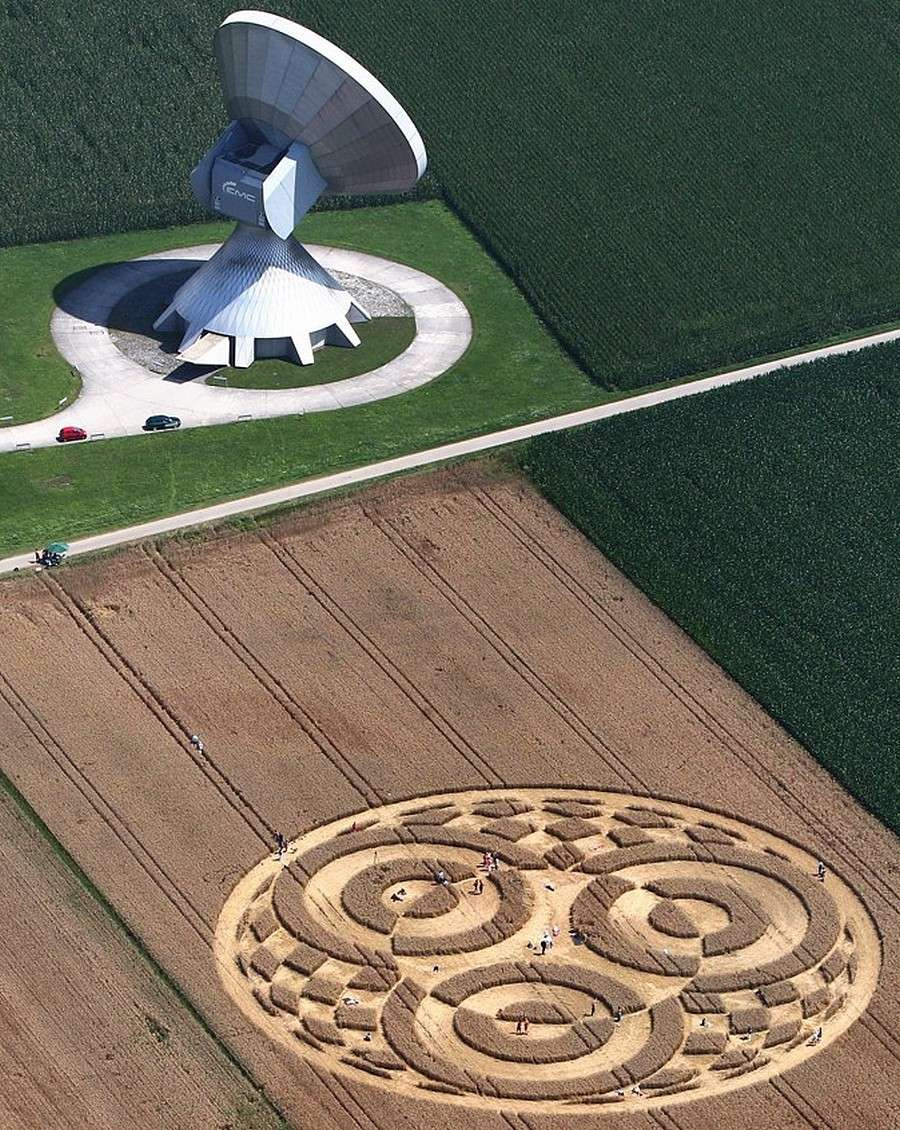 La plus grande station satellite d'Europe n'a pas vu qui a dessiné la figure géométrique au pied de ses antennes  Goujo10