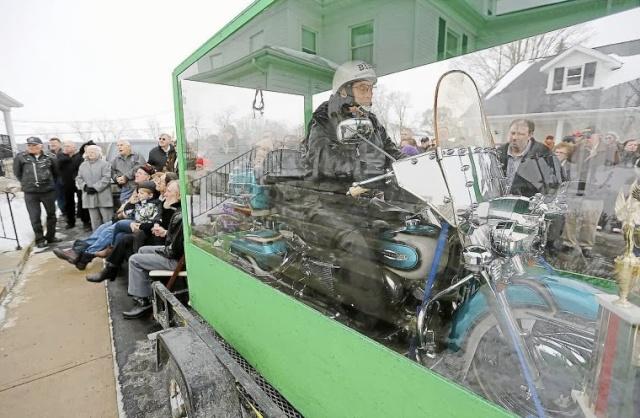 Homem é enterrado em sua motocicleta [Desejo realizado] 3a10