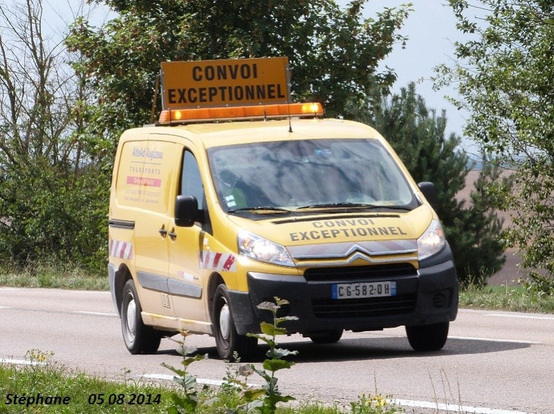 Véhicules d'escorte pour convois exceptionnels P1260015
