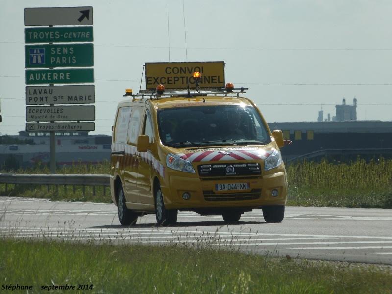Véhicules d'escorte pour convois exceptionnels P1280241