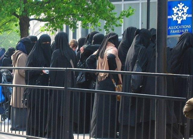 Islamisation de l'Europe - Page 30 Caf10