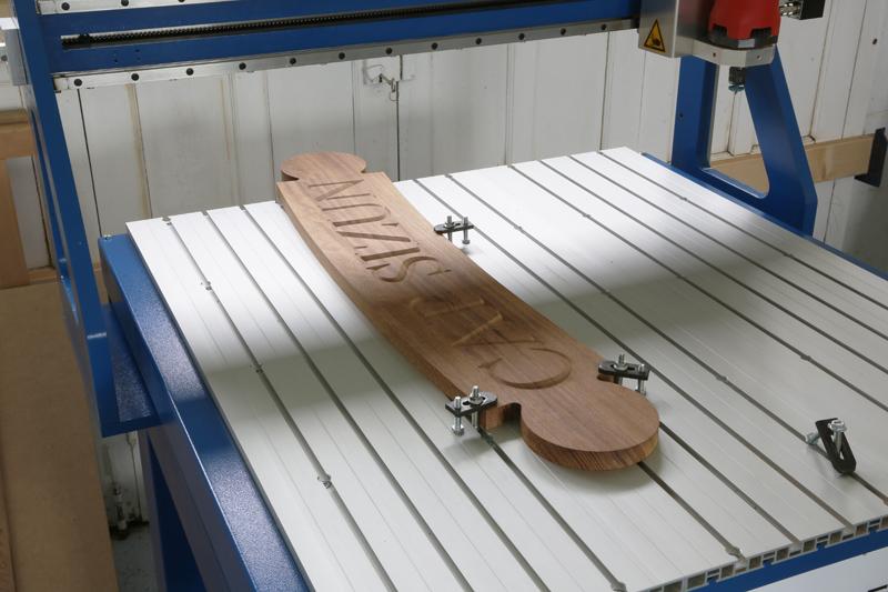 Gravure CNC avec V-Engrave d'une plaque de bateau. 18_jui24