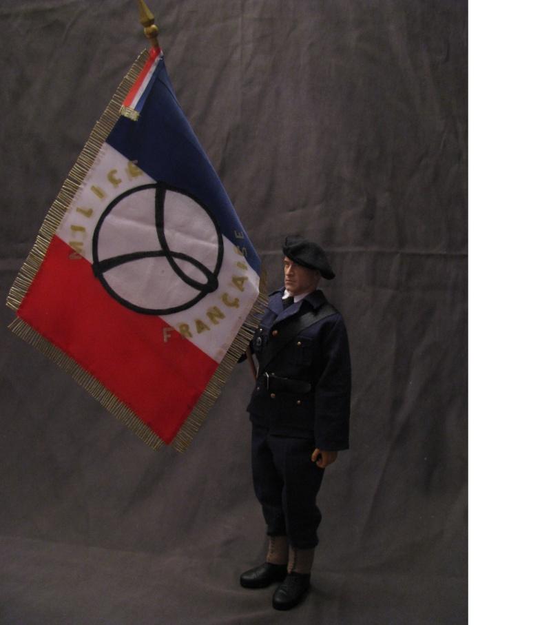 porte drapeau de la milice  Milice11