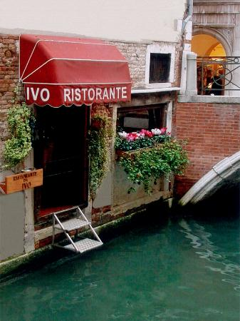 George and Amal having dinner at Da Ivo in Venice Da-ivo11