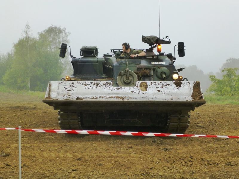 Véhicule de l'armée belge - Page 3 P1030311
