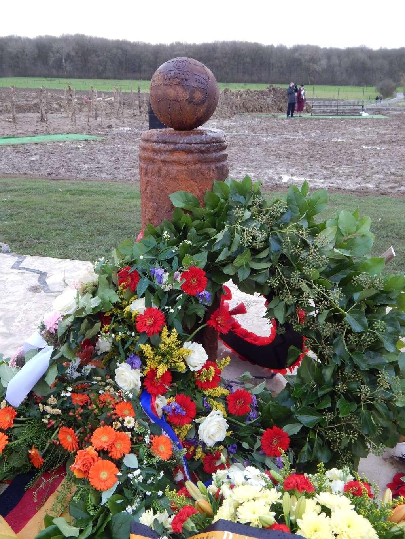 Inauguration par Michel Platini d'un monument en souvenir du match de la paix de Noël 1914 à Ploegsteert - Belgique Dscn9510