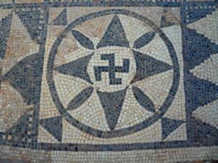 Le Svastika, symbole de la Roue de Vie et son Contraire, l'Emblème National Socialiste Libye110