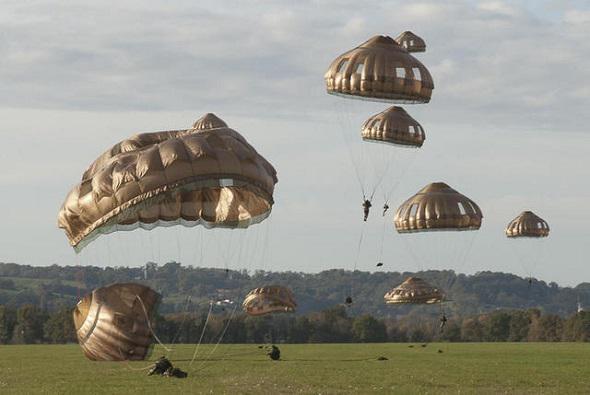 L'EPC (ensemble de parachutage du combattant)  . Parach12