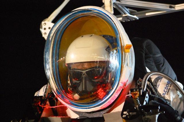 24 octobre 2014 - Nouveau record d'altitude pour un saut en chute libre Image-11