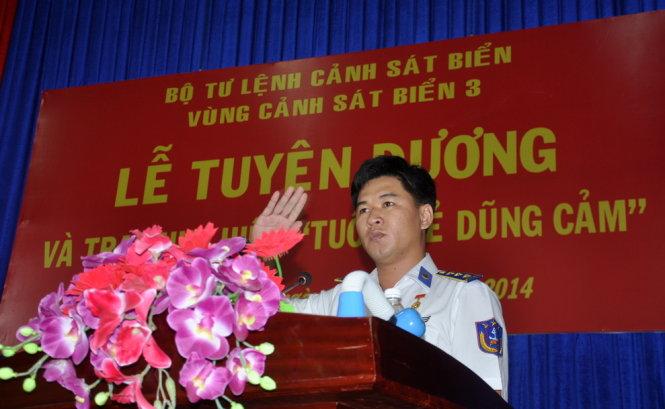 """Trao huy hiệu """"Tuổi Trẻ dũng cảm"""" cho cảnh sát biển 5mflrh11"""