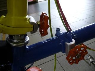 Leviers (plutôt robinets) de serrage des charnieres P1190812