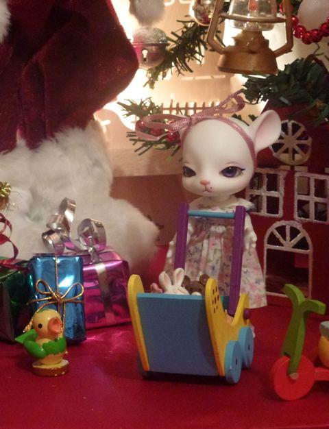Au chat... et à la souris... Millie a reçu ses cadeaux de Noël... page 2. - Page 2 P1120221