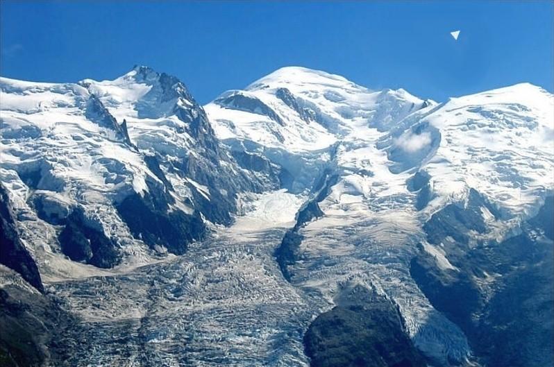 2014: le 04/09 à vers 10 heures du matin - Ovni en Forme de triangle - Chamonix - Haute-Savoie (dép.74) Gouter11