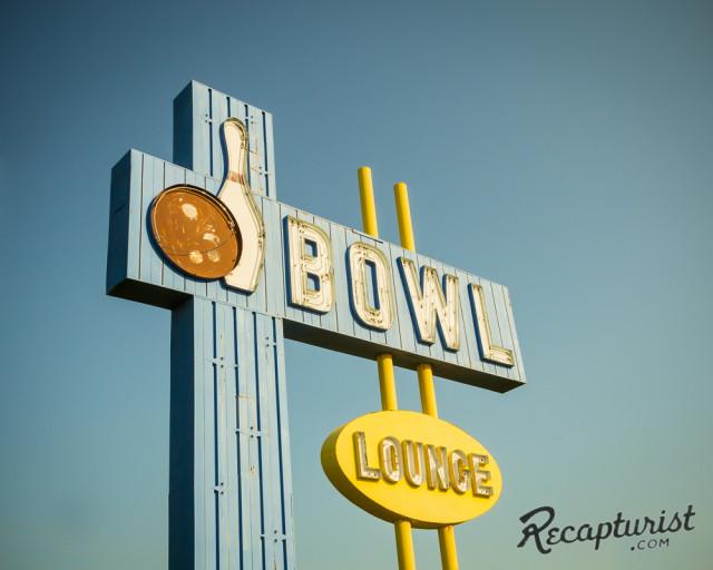 Recapturist - photos d'enseignes néons et bâtiments - vintage sign pics 1950's USA Villag10