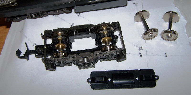 Essai de montage d'un 2ème moteur sur la BR216 Rivarossi Br216_13