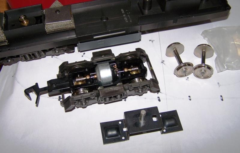 Essai de montage d'un 2ème moteur sur la BR216 Rivarossi Br216_15