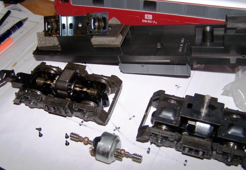 Essai de montage d'un 2ème moteur sur la BR216 Rivarossi Br216_17