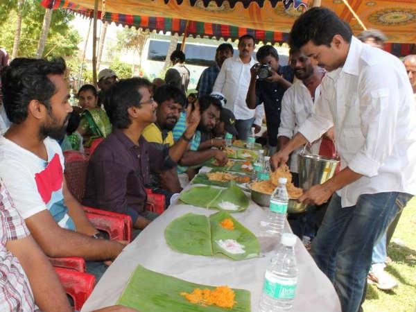 'கத்தி' கடைசி நாள் ஷூட்டிங்... குழுவினருக்கு பிரியாணி பரிமாறி, பரிசு கொடுத்த விஜய் Vijay10