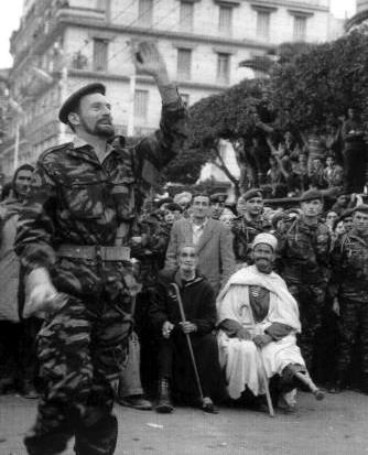 Une noble image parachutiste du combat pour l'ALGERIE FRANCAISE s'éloigne au loin