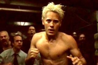 Les coupes de cheveux, perruques et coiffures improbables au cinéma et à la télévision Jared-11
