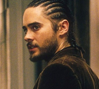 Les coupes de cheveux, perruques et coiffures improbables au cinéma et à la télévision Jared-12