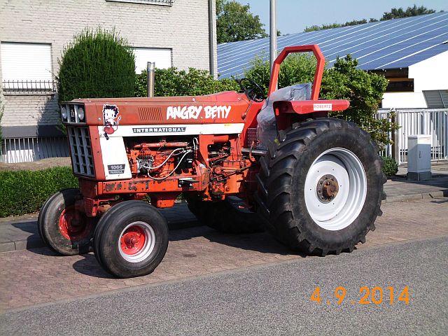 "Traktor International 1066 Farmall ""Angry Betty"" - Schnappschuss in Viersen 197"