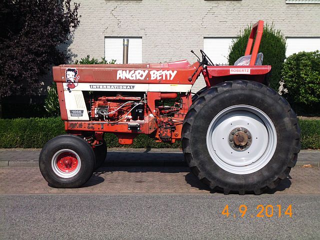 "Traktor International 1066 Farmall ""Angry Betty"" - Schnappschuss in Viersen 285"