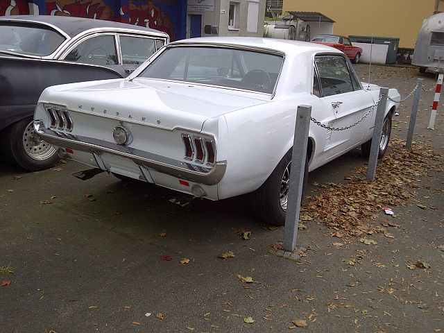 "Ford Mustang + 1957 Ford Fairlane - auf dem Parkplatz ""schnappgeschossen""  462"