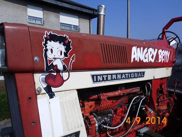 "Traktor International 1066 Farmall ""Angry Betty"" - Schnappschuss in Viersen 730"
