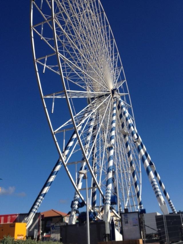Lacanau (33) : la nouvelle grande roue est installée La-gra11
