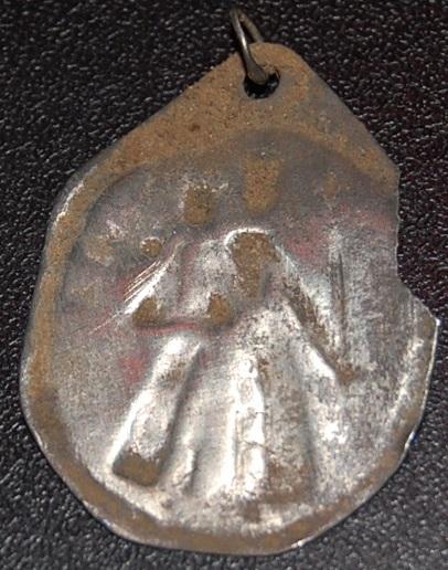 Demi-médaille religieuse - XVIIème - argent repoussé Dsc_1021
