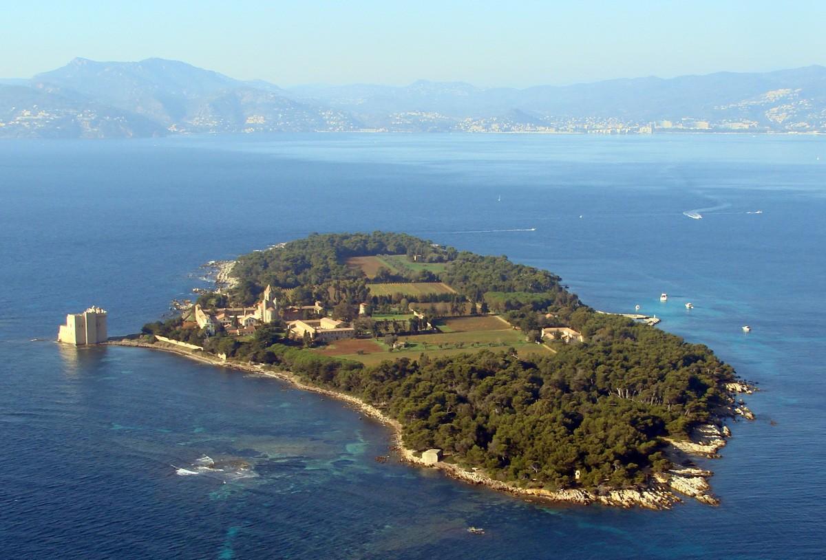 Les vins de l'Abbaye de Lérins - île de Saint Honorat - Alpes Maritimes - France 10360410