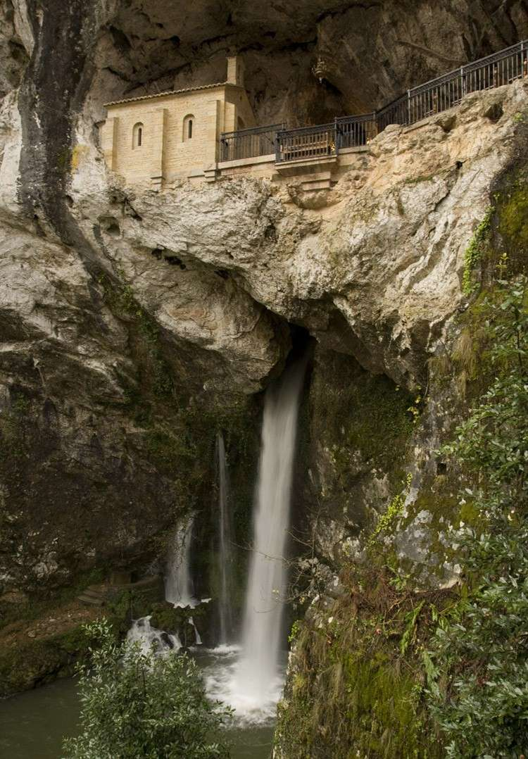 La Santa Cueva de Covadonga - Asturies - Espagne. Santa_10