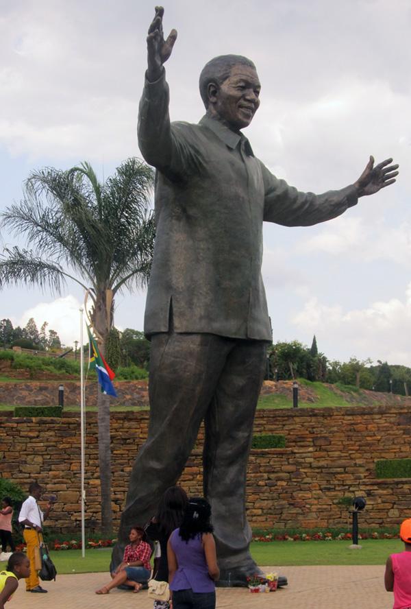 [Désormais visible sur Google-Earth] Statue de Nelson Mandela - Prétoria - Afrique du Sud Statue10