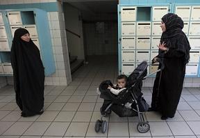 SONDAGE : Faut-il interdire les tenues islamistes (hijab, jilbab et qami) en France ? Voile_12