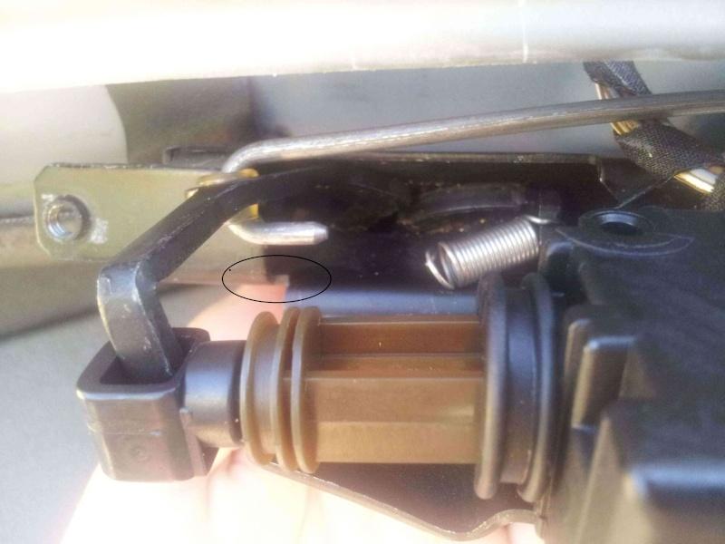 Pb ressort cassé de la serrure du coffre BMW 520d Serrur11