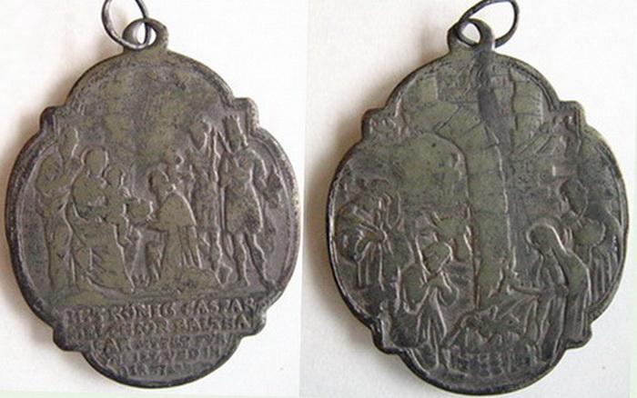 ICONOGRAFIA de la NATIVIDAD en las medallas devocionales Med_1510