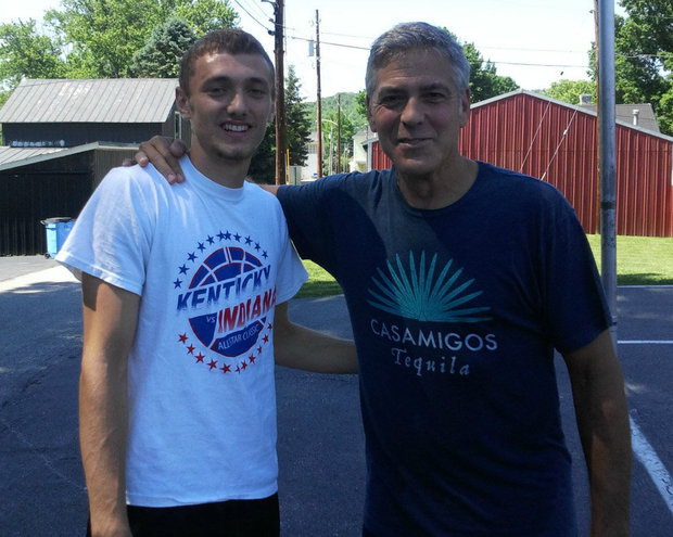George Clooney meets Fans in Augusta Kentucky - Rosemary Clooney Museum - Page 2 Ball11