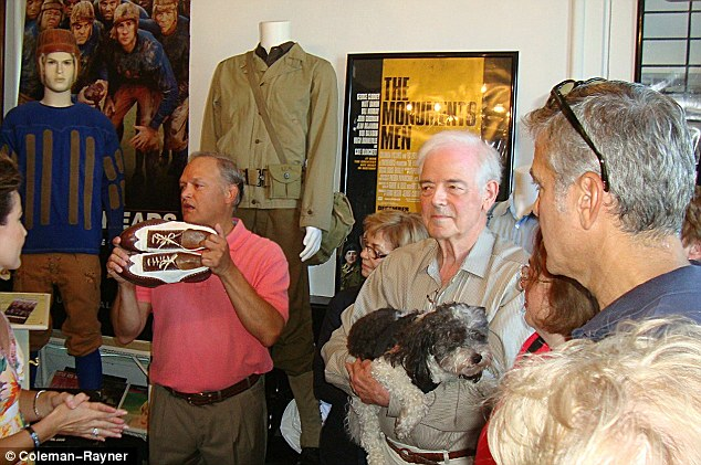 George Clooney meets Fans in Augusta Kentucky - Rosemary Clooney Museum - Page 2 Dog210